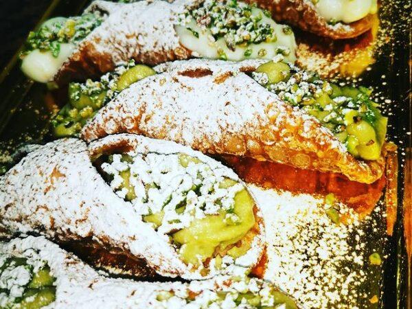 cannoli alla ricotta freschi al pistacchio